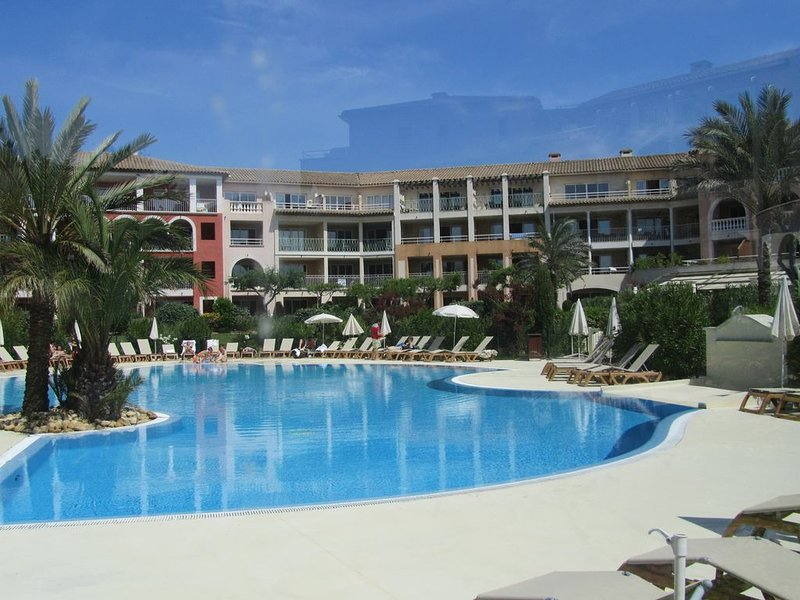 Très bel appartement à 100m de la mer avec piscine & thalasso, vakantiewoning in Roquebrune-sur-Argens