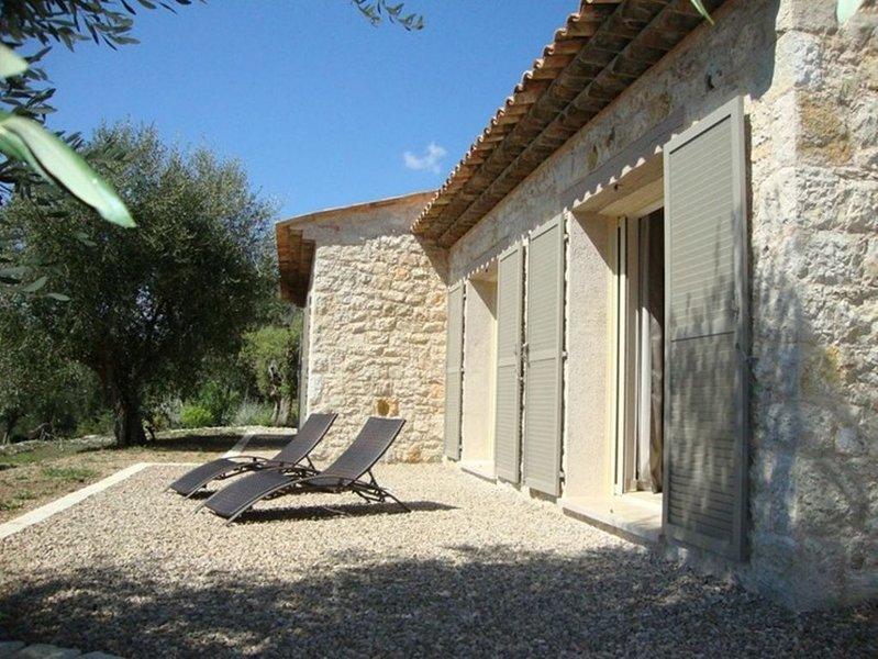Un Mas en pierres à la campagne entouré d'oliviers, casa vacanza a Roquefort les Pins