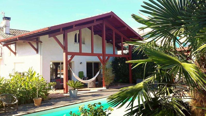 Villa d' Arcangues néo-basque 4*, piscine et palmiers à  10 minutes de Biarritz, casa vacanza a Arbonne