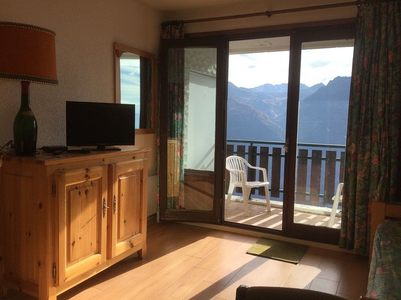 SOUTH FACING BALCONY studio in the heart of the r, holiday rental in Montvalezan