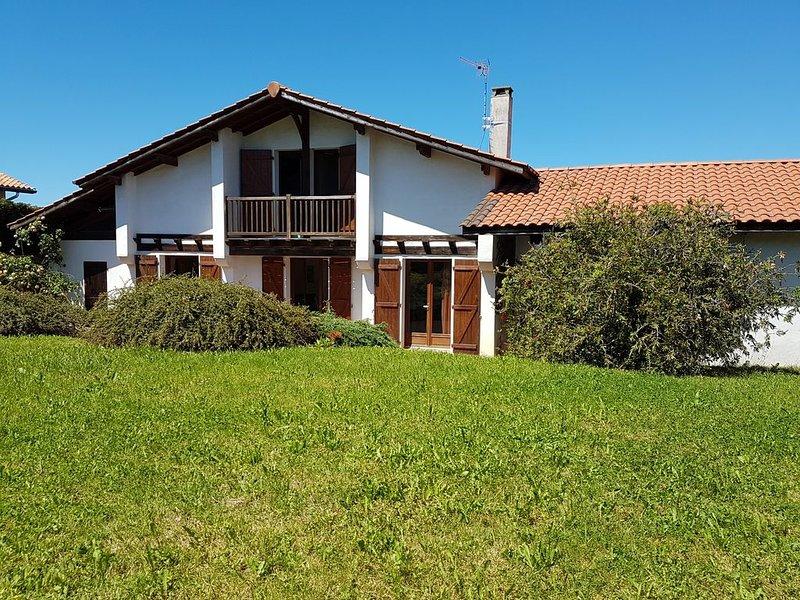 Surf, plage ,balade,Chaleureuse maison basque à Bidart a 4 mns de la plage, vacation rental in Ahetze