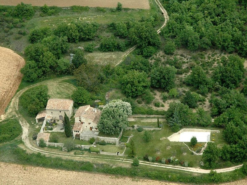 Maison de charme du XVIIIème, au calme avec piscine face au Luberon, holiday rental in Castellet
