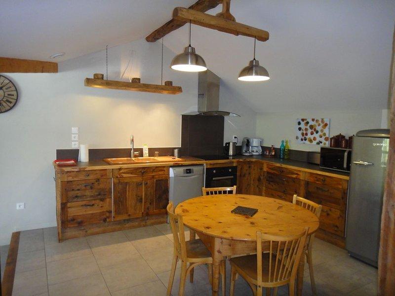 La cuisine se trouvant entre le coin repas et le salon