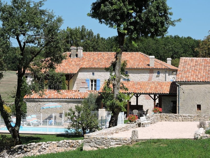 Maison de campagne  avec piscine chauffée  ., location de vacances à Thézac