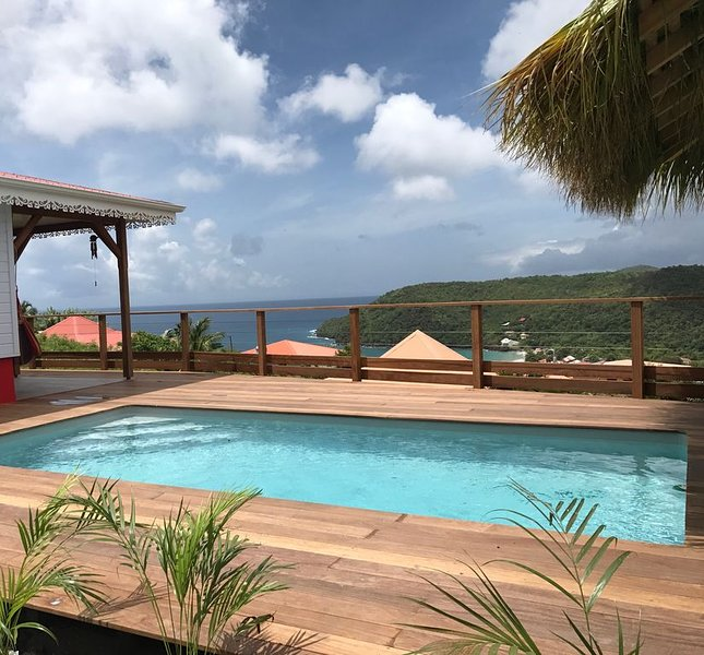 Villa neuve avec piscine, vue magnifique sur la mer des caraibes, 1' de la plage, aluguéis de temporada em Les Anses d'Arlet