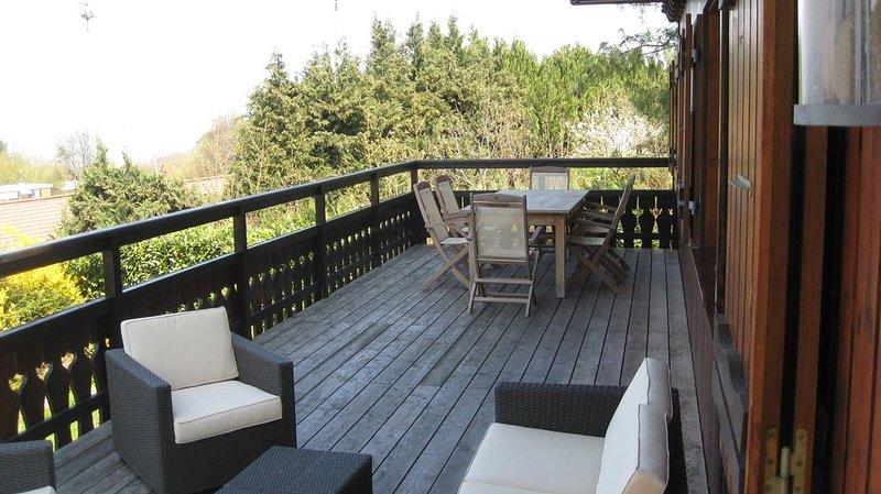 Chalet avec grande terrasse vue sur le Lac d'Evian, holiday rental in Evian-les-Bains