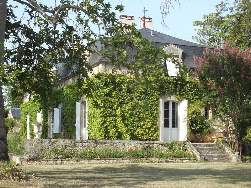 Magnifique manoir ancien au confort moderne, 14 personnes, piscine, parc paysage, casa vacanza a Sainte-Alvere
