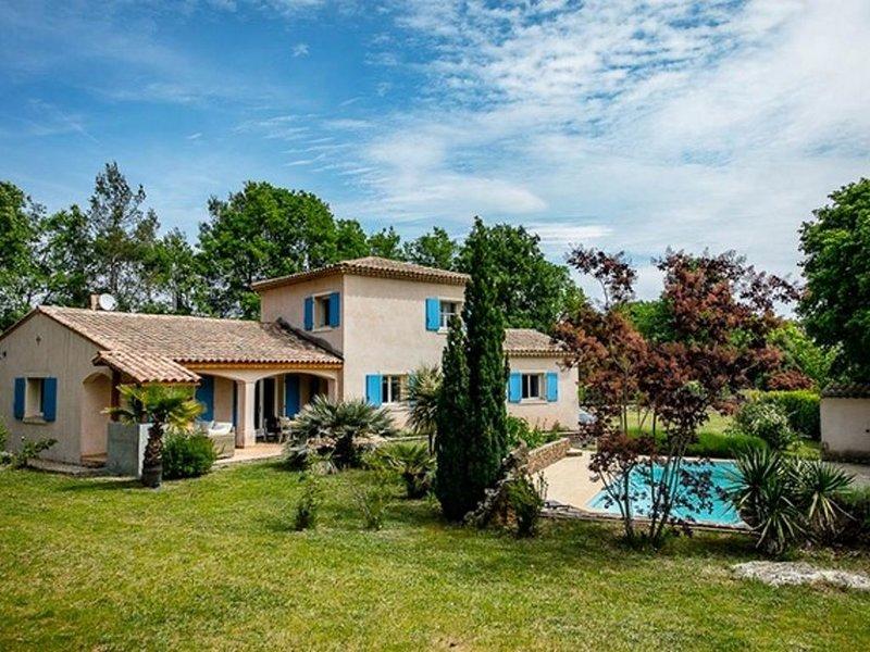 Villa provençale avec piscine chauffee privée, terrasses, jardins à Draguignan, location de vacances à Draguignan