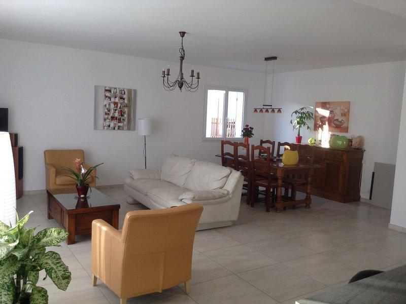 MAISON RECENTE AVEC PISCINE, à 10 min de la Mer, 8 couchages, casa vacanza a La Seyne-sur-Mer