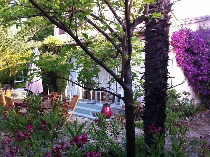 Grand jardin, 3 min de la plage, quartier résidentiel de Sanary, location de vacances à Sanary-sur-Mer