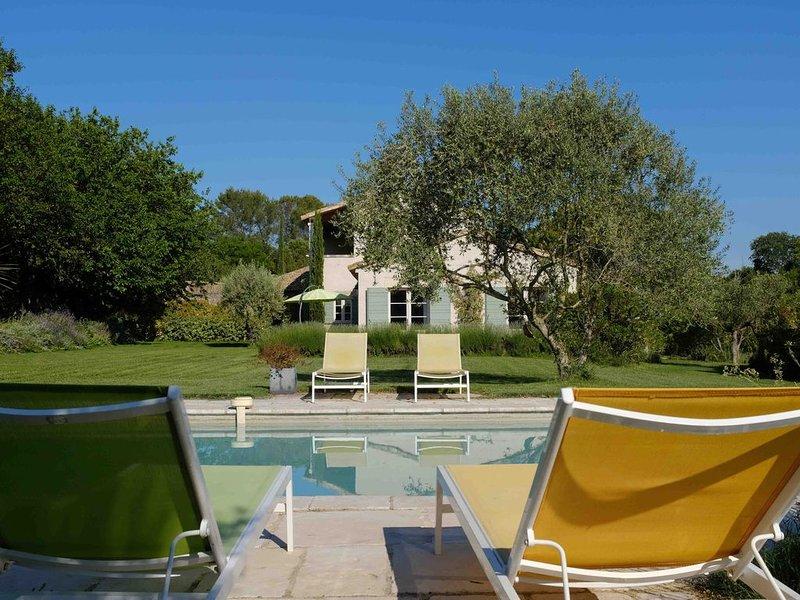 En pleine campagne, mais à 650 m du centre d'Uzès, luxueuse villa avec piscine, casa vacanza a Uzes