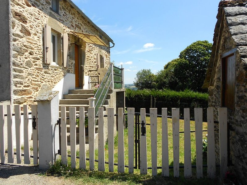 Gîte les Cayroux, a la campagne, calme, reposant avec très beau panorama, vacation rental in Mirandol Bourgnounac