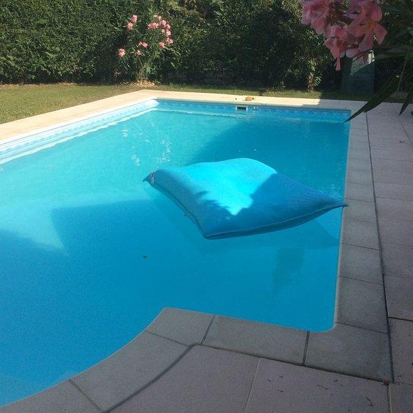 Charmante Villa avec Piscine,  très proche d'Avignon. Rez de chaussée climatisé., holiday rental in Saint Saturnin les Avignon