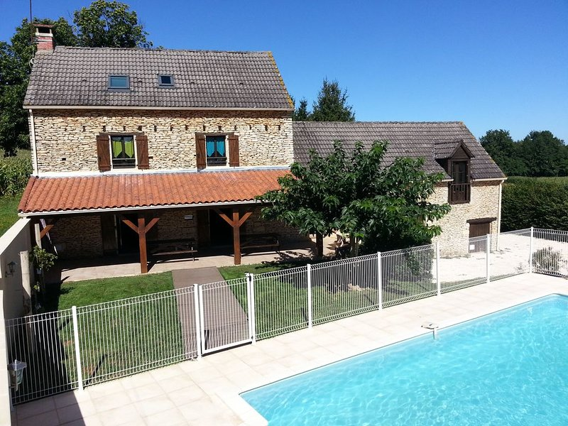 Piscine chauffée et privative 10 Km au nord de Sarlat, holiday rental in Salignac-Eyvigues