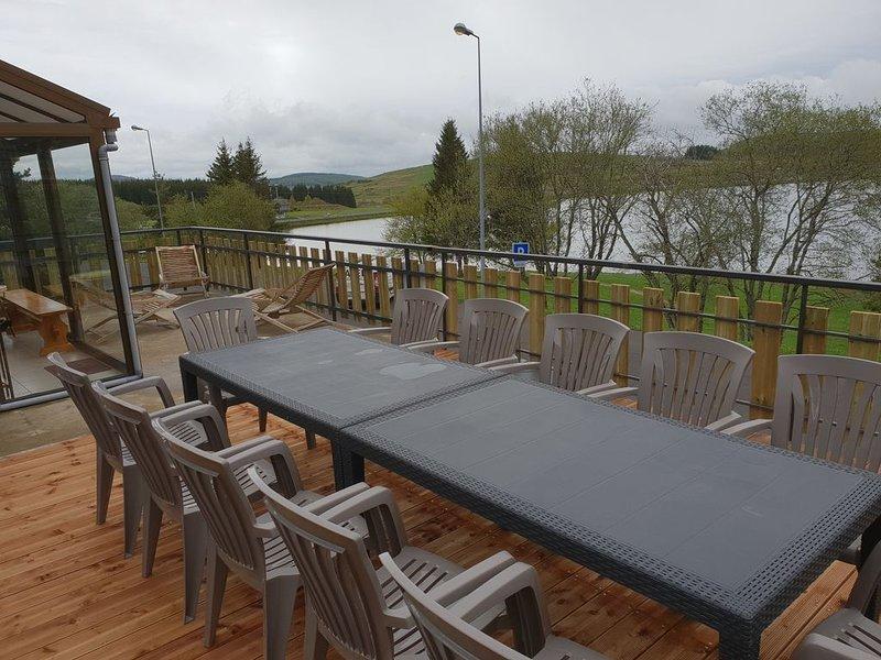 Chalet 13 pers SUPER BESSE face au lac avec tres grande terrasse de 40m2 et BBQ, location de vacances à Saint-Genès-Champespe