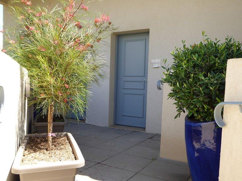Appartement T2, 40 m2, entièrement climatisé, à 350 m de la plage. Parking privé, holiday rental in Saint-Cyr-sur-Mer
