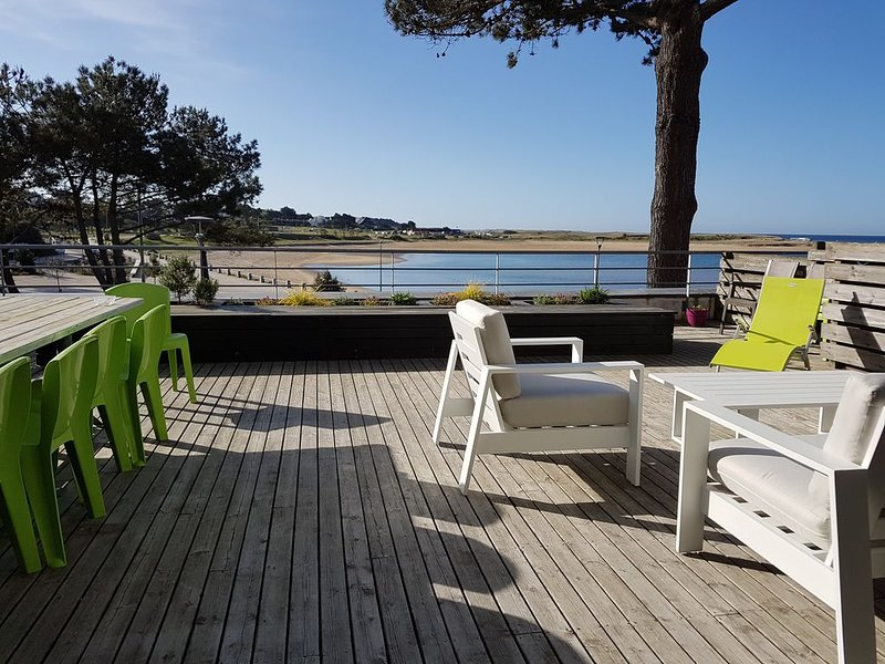 TERRACE OF 70 M² OVERLOOKING THE SEA AND THE BEACH