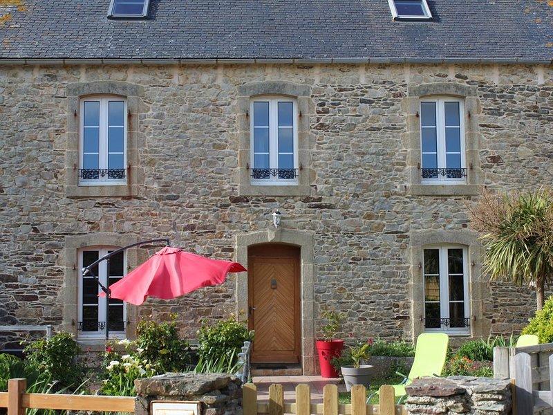 Maison en Pierre avec à 600 mètres de la mer avec bassin d ornement, holiday rental in Plonevez-Porzay