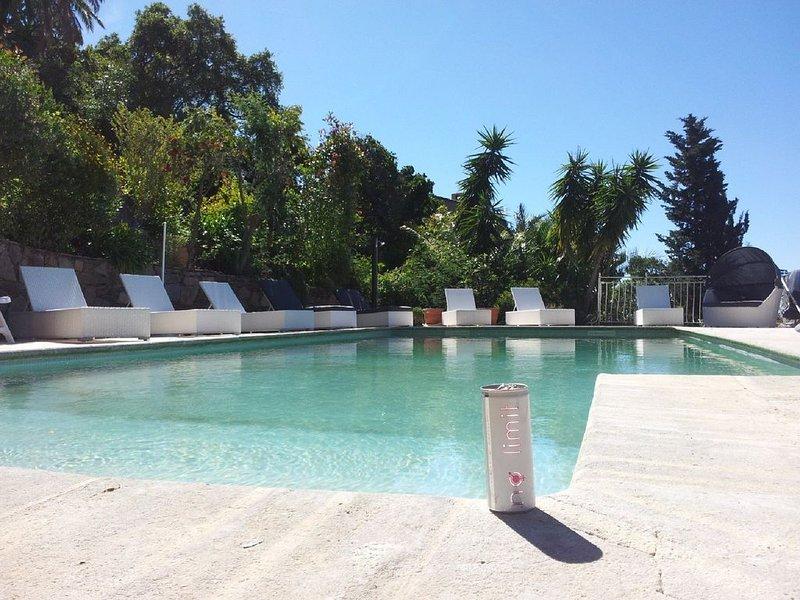 Villa Moderne Californienne, Cavalaire-sur-mer (St Tropez), clim & pisc chauffée, holiday rental in Cavalaire-Sur-Mer