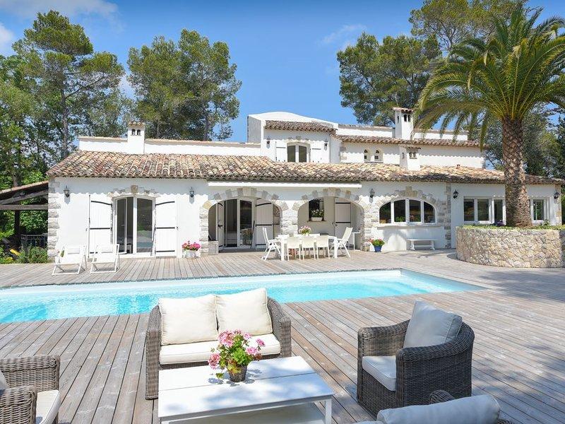 Villa à pied du Golf Club Cannes Mougins avec piscine chauffée, vacation rental in Mougins