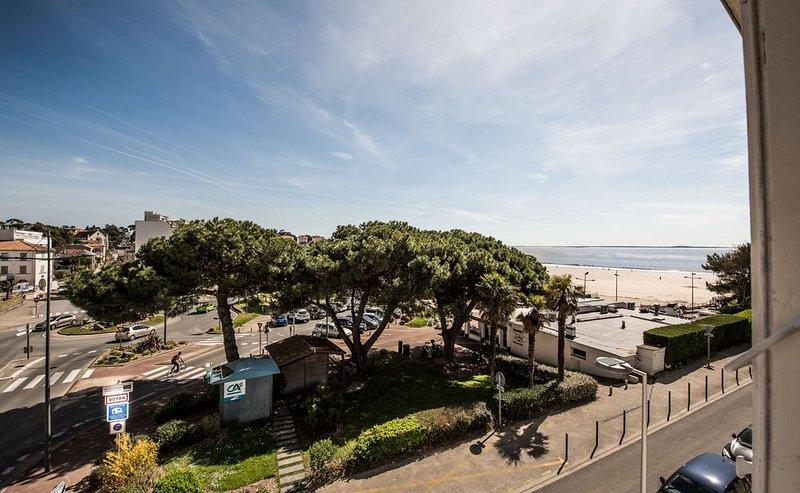 Sur la plage de Pontaillac duplex de charme 62 m², accès piscine., holiday rental in Royan