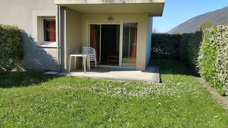 Joli T 3 (35m2) + loggia, jardin (60m2), pour 6 pers, piscine, Rés. 3* LUCHO, holiday rental in Bagneres-de-Luchon