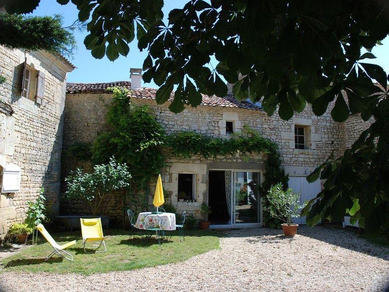 Emma's Cottage gîte au calme au milieu des vignes à 3km du bourg.Proche de Royan, holiday rental in Saint Fort sur Gironde
