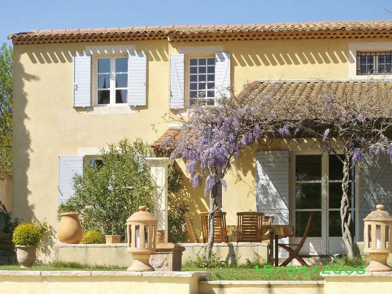 Maison de caractère au calme avec piscine, 6 personnes, 4 chambres, holiday rental in Puyricard