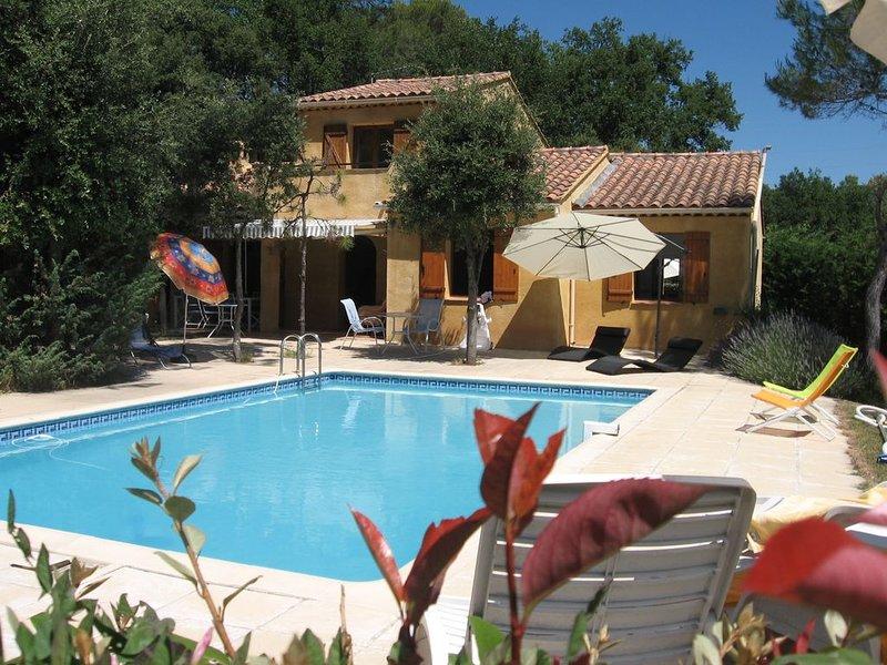 Entre mer et montagne  villa provençale sur grand terrain boisé à la campagne, holiday rental in Trans-en-Provence