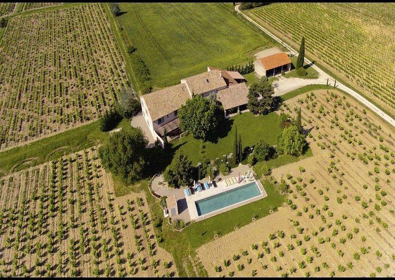 Hébergement de qualité au milieu des vignes, piscine chauffée ., location de vacances à Sainte-Cecile-les-Vignes