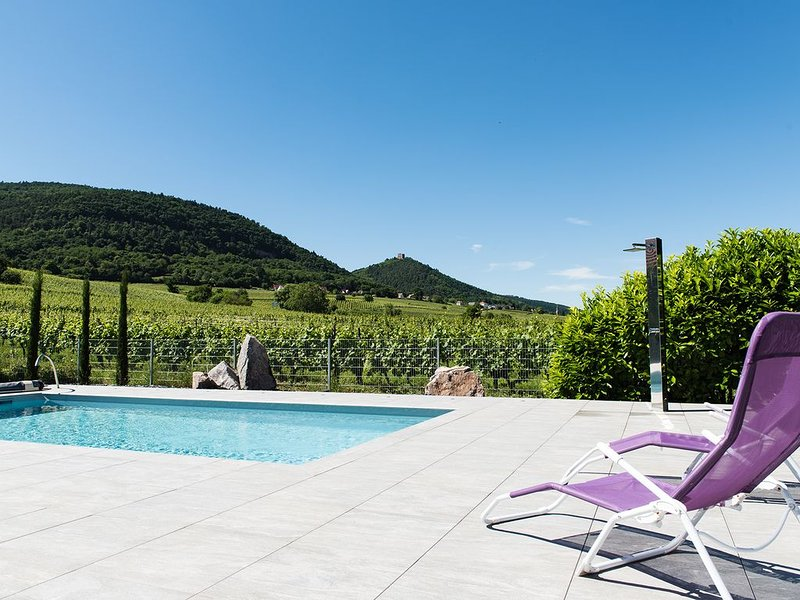 Gite avec piscine chauffée sur la route des vins et proche d'EGUISHEIM, holiday rental in Walbach