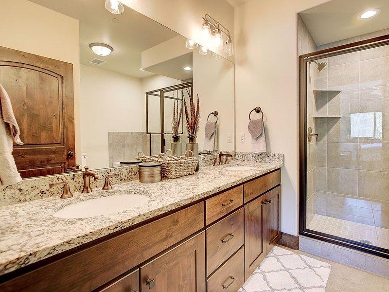 Master en suite con dos lavabos y una gran bañera.