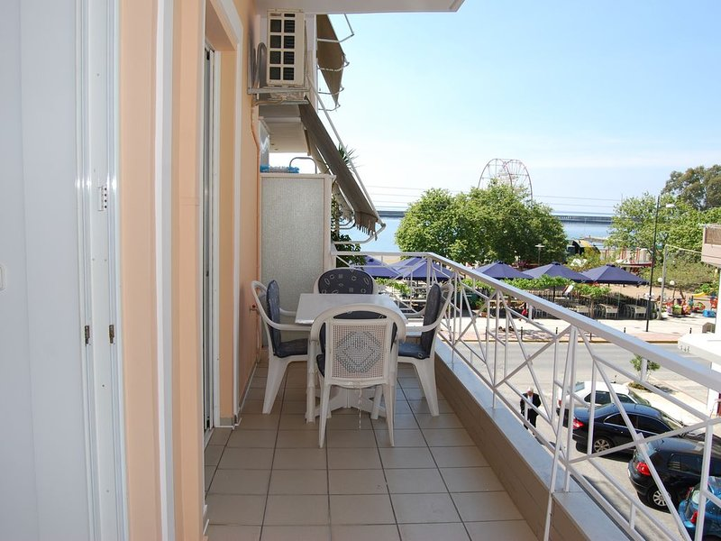 APPARTEMENT 2 PIECES FACE A LA PLAGE AVEC VUE MER, vacation rental in Kalamata