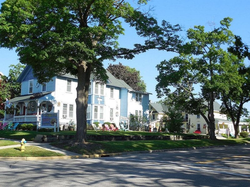 Sleeps 35, 13 bedrooms, 7 baths, Downtown Lake Geneva, 2 houses same property, alquiler vacacional en Rochester