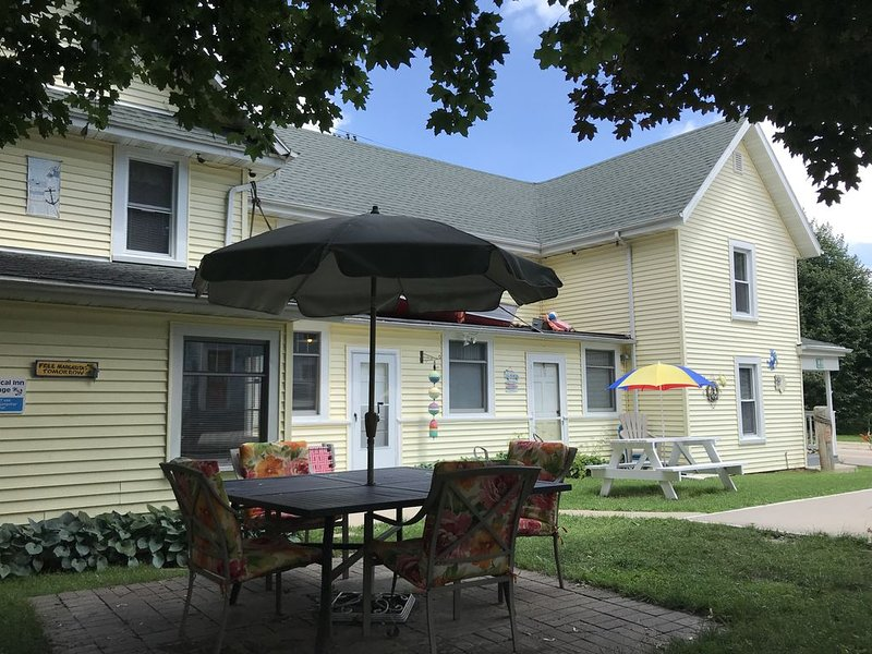 Sleeps 15! DOWNTOWN LAKE GENEVA Fully Licensed for Weekend Rentals!, alquiler vacacional en Rochester