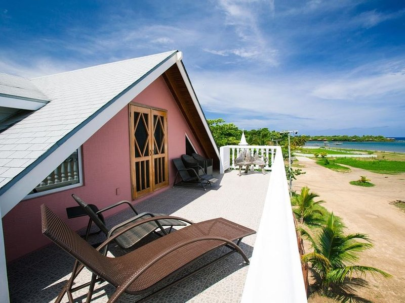 Beach front home, 4 Bed/4 Bath/King Bed Loft for diving, snorkeling and relaxing, holiday rental in Sandy Bay