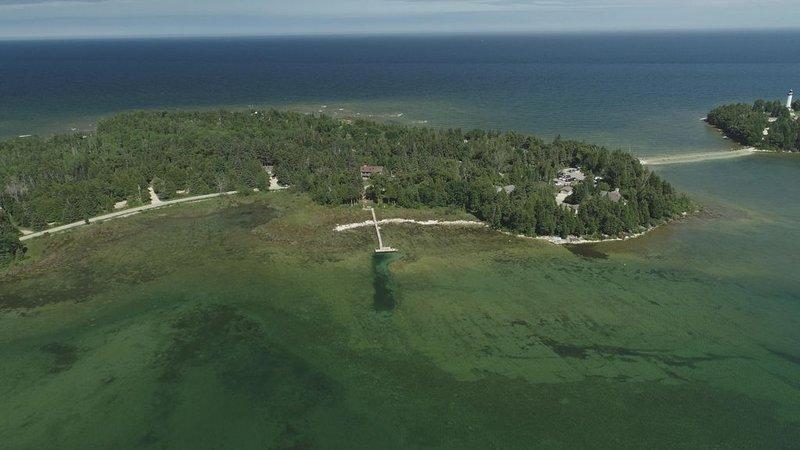 Welcome to Pelican Lookout as seen on HGTV's Lakefront Bargain Hunt Renovation!, alquiler vacacional en Baileys Harbor