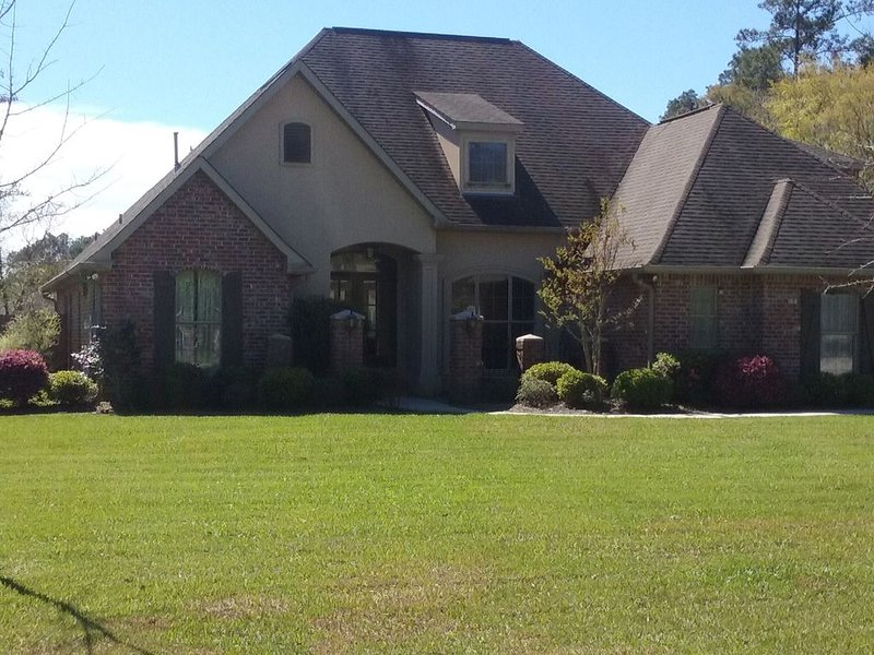 Four Oaks, minutes to charming downtown Covington in secluded cul-de-sac., casa vacanza a Abita Springs