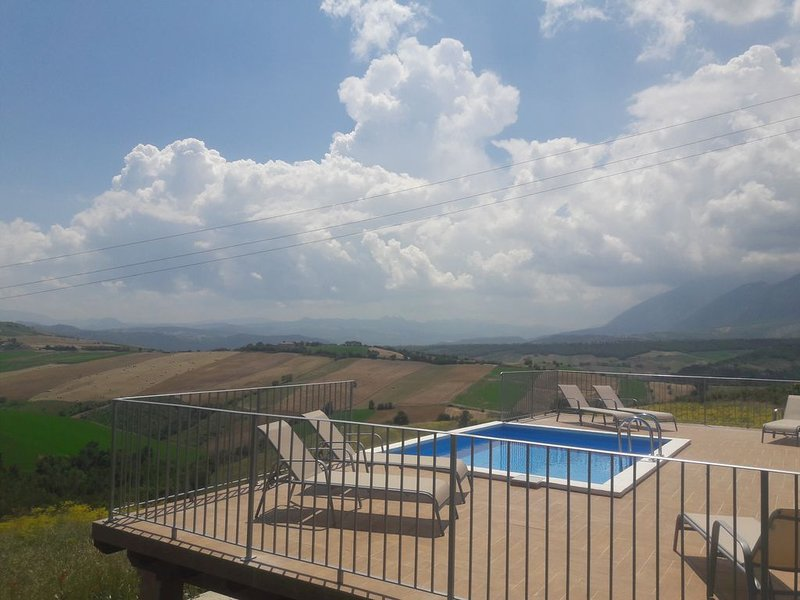 Beautiful Spacious Apartment with shared swimming pool, holiday rental in Casoli