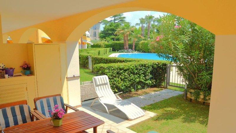 Splendido appartamento con giardino privato in residence con piscina fronte lago, holiday rental in Toscolano-Maderno