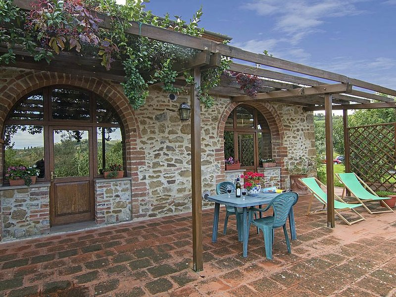 Wunderschöne Wohnung mit grosser, panoramischer Terrasse, vacation rental in Torrita di Siena