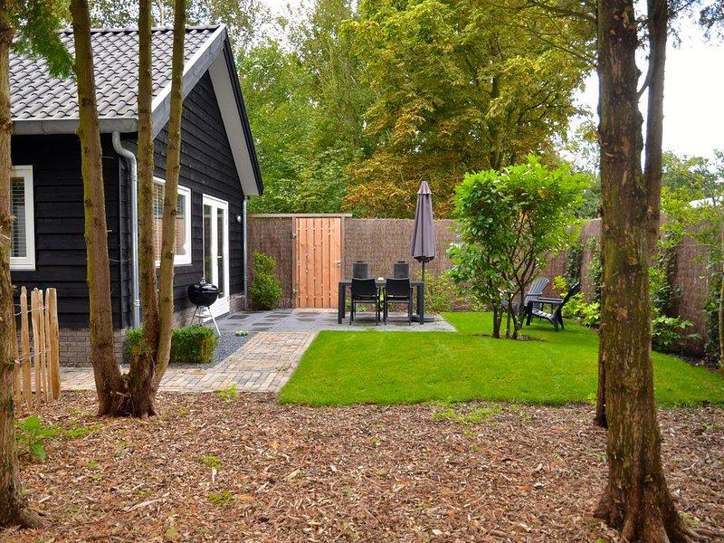 LIMMEN: Hübsches Ferienhaus mit umzäunten Garten, ruhige Lage, strandnah, holiday rental in Heiloo