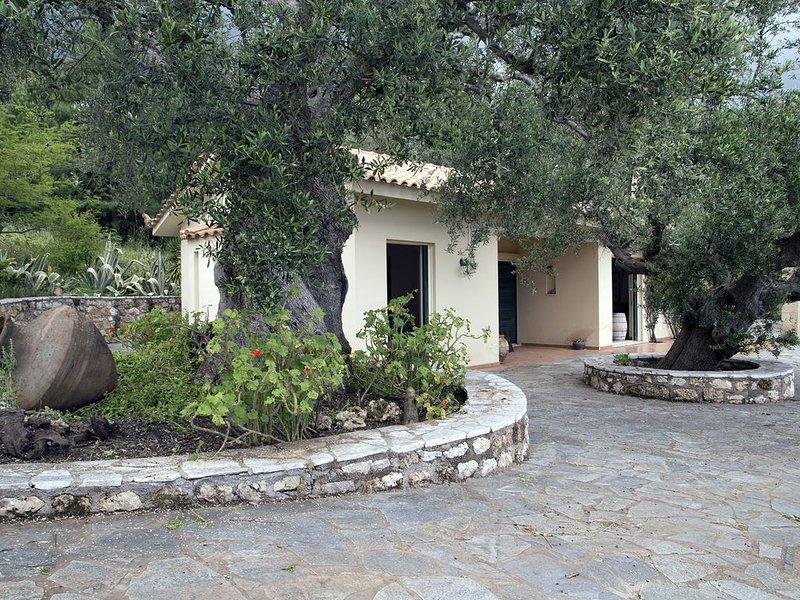 Landhaus im Olivenhain mit atemberaubenden Blick aufs Meer, holiday rental in Neochori