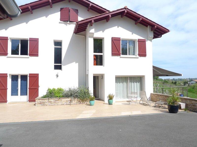 Grande Maison proche du centre de St Jean de Luz (2km) idéalement exposée, location de vacances à Ciboure