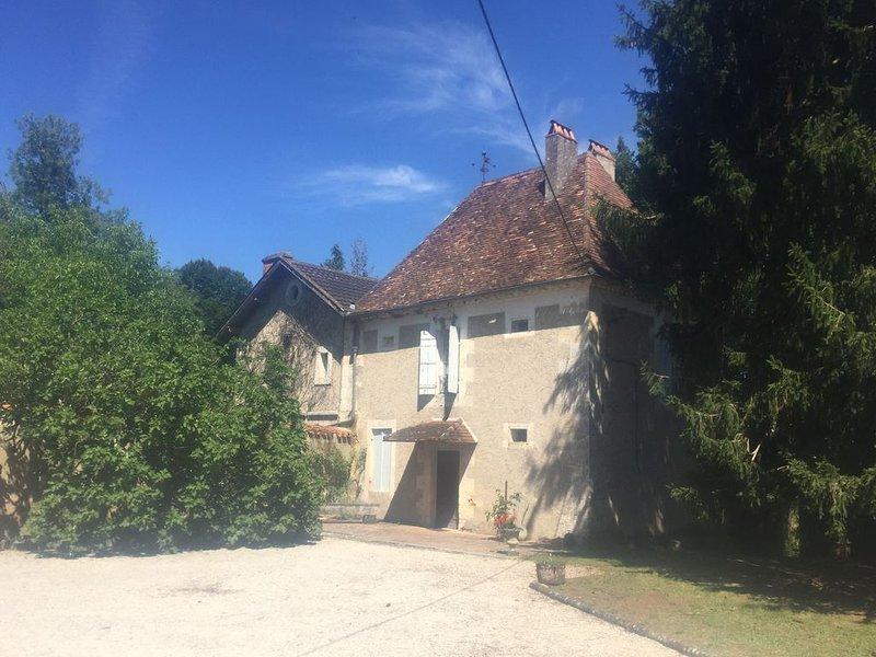Maison Perigord 16e s., charme et calme, piscine et parc., holiday rental in Douzillac