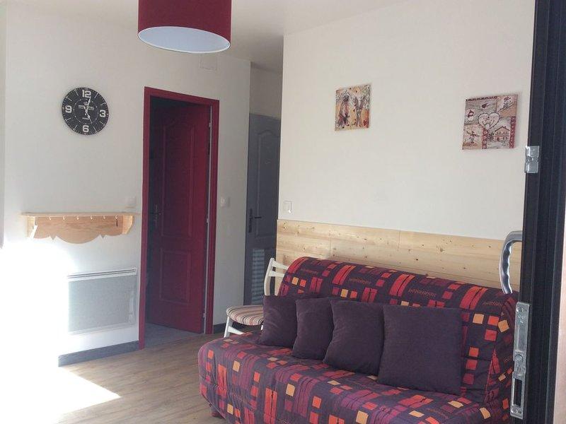 appartement ensoleillé  au rez de chaussé à 200m de tous commerce, holiday rental in Le Mont-Dore