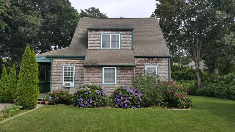 Cozy summer cottage, short walk to beach and historic Watch Hill village, alquiler de vacaciones en Westerly