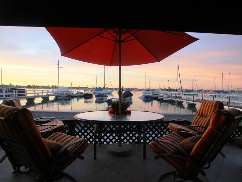 ENTERTAINERS South Bayfront home: AMAZING Gourmet kitchen, Luxe Bath + Lg Patio!, location de vacances à Balboa Island