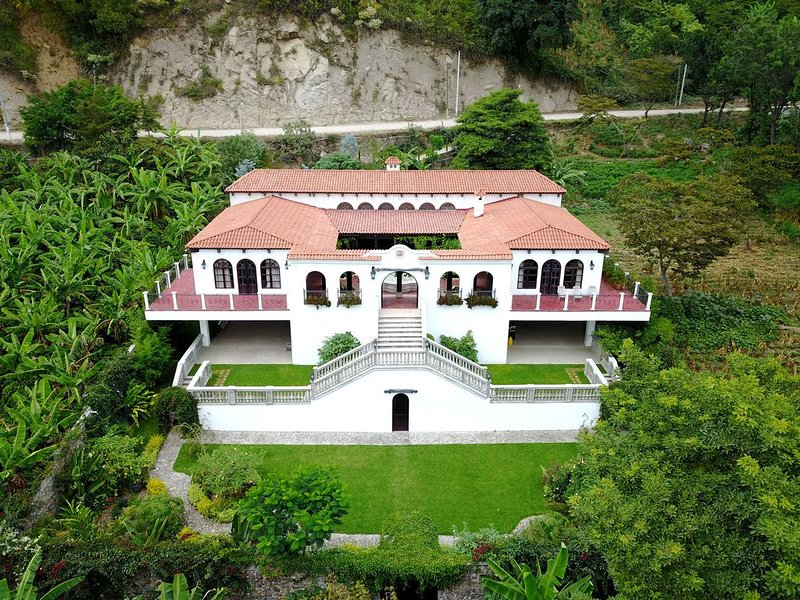 Lakefront Spanish Colonial Home with Panoramic views of Lake Atitlan, location de vacances à San Juan la Laguna