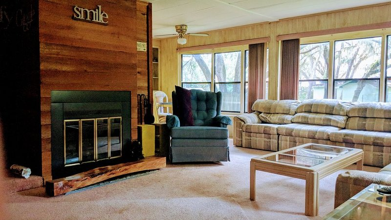 Lake Kerr Canal Front Home with Fireplace in the Heart of Ocala National Forest, holiday rental in Orange Springs